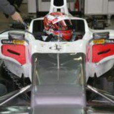 Kamui Kobayashi dentro del C31 en el box de Sauber