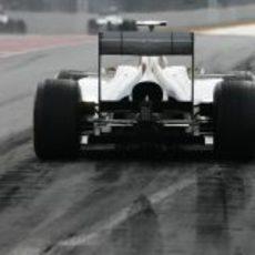 Trasera del Sauber C31 saliendo del pit-lane de Montmeló
