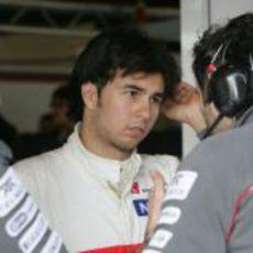 Sergio Pérez habla con sus ingenieros