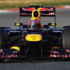 Mark Webber toma una curva durante los test de Barcelona