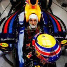 Mark Webber sentado en su nuevo RB8