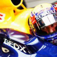 Mark Webber con el casco puesto espera para salir del box