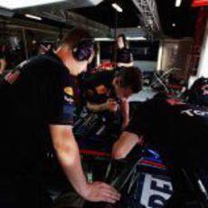 Mecánicos trabajan en el monoplaza de Mark Webber