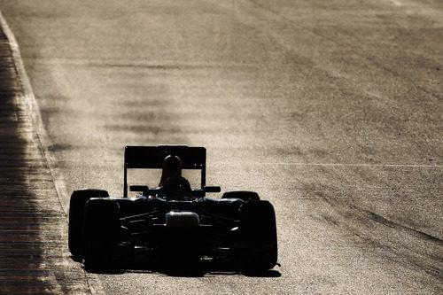 Mark Webber rueda al atardecer en Montmeló