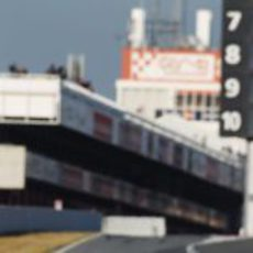 Mark Webber sale de boxes en Montmeló