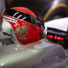 Michael Schumacher sentado en el Mercedes W03