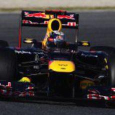 Sebastian Vettel toma una curva en el Circuit de Catalunya