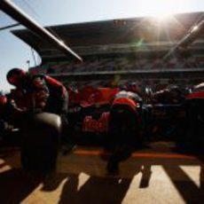 Red Bull entrena un pit-stop con Vettel bajo el sol