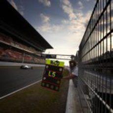 Nico Rosberg pasa por la recta principal en Barcelona