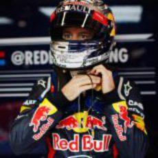 Sebastian Vettel se pone el casco antes de salir del box
