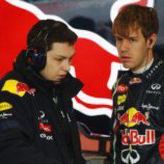 Sebastian Vettel habla con un ingeniero en el box