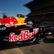 Sebastian Vettel sale del box durante los segundos test de Barcelona