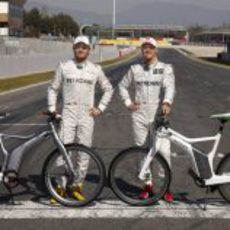 Michael Schumacher y Nico Rosberg con las bicicletas inteligentes