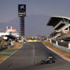 Michael Schumacher toma la primera curva del trazado