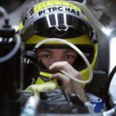 Nico Rosberg se hidrata en su Mercedes W03
