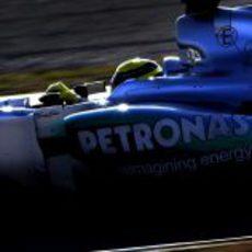Nico Rosberg rueda sobre el asfalto en el atardecer