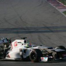 Sergio Pérez negociando una de las curvas de Montmeló