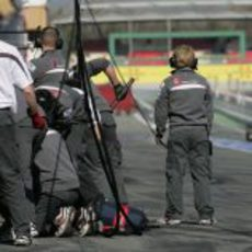 Kamui Kobayashi llegando al box de Sauber en Barcelona