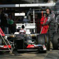 Kamui Kobayashi durante un pit-stop del equipo Sauber en Montmeló