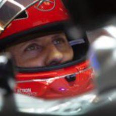 Michael Schumacher se concentra en su W03