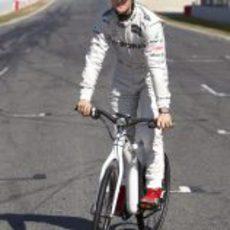 Michael Schumacher prueba la bicicleta inteligente