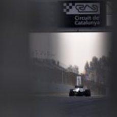 Nico Rosberg es observado mientras rueda con su W03