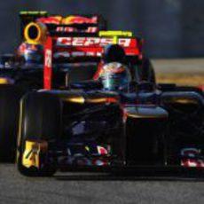 Jean-Eric Vergne rueda por delante de Mark Webber