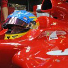 Fernando Alonso en el 'cockpit' de su F2012