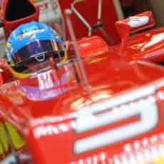 Fernando Alonso concentrado en el 'cockpit' de su F2012