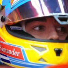 Primer plano de Fernando Alonso en el 'cockpit' de su F2012