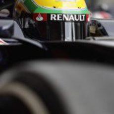 Primer plano del casco de Bruno Senna