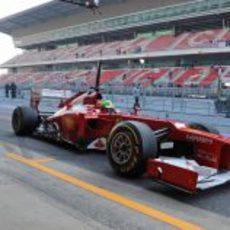 Felipe Massa parado en el 'pit-lane' con su F2012