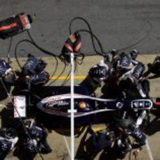 Pastor Maldonado hace una simulación de 'pit stop'