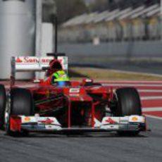 Felipe Massa saliendo del 'pit-lane' con su F2012