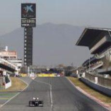 Pastor Maldonado pasa por la recta principal