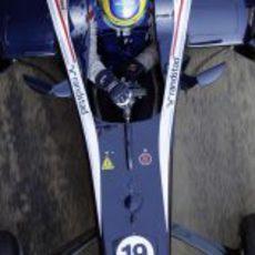 Bruno Senna se prepara en su coche para salir a pista