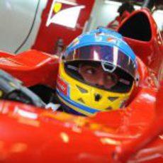 Fernando Alonso mirando a sus ingenieros