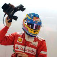 Fernando Alonso quitandose el HANS