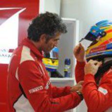 Edoardo Bendinelli ayudando a Fernando Alonso