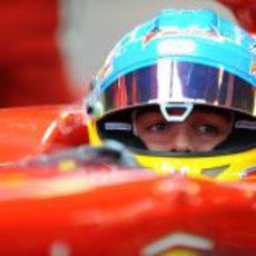 Fernando Alonso mirando por el retrovisor de su F2012