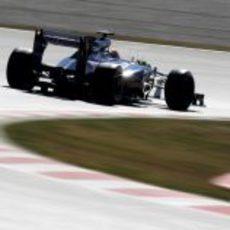 Pastor Maldonado sale de una curva con su FW34