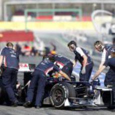 Los mecánicos entran el coche de Maldonado al garaje