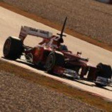 Fernando Alonso pilotando al atardecer el F2012