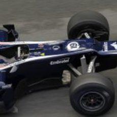 Bruno Senna conduce por un trazado todavía algo húmedo