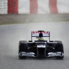 Senna conduce su FW34 por el asfalto mojado de Montmeló