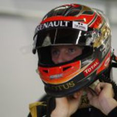 Romain Grosjean ajustándose el casco