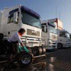 Un mecánico baja los Pirelli del camión de Force India