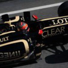 Romain Grosjean por el 'pit lane' con el E20