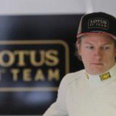 Kimi Räikkönen pensativo fuera del coche