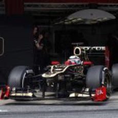 Kimi Räikkönen saliendo del 'pit lane' con el E20